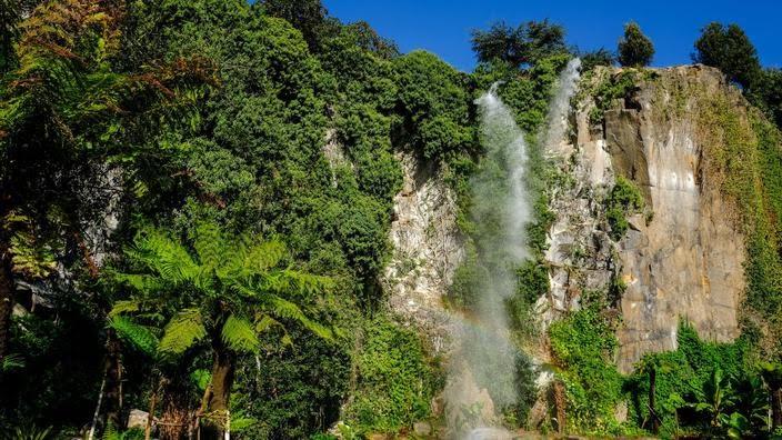 Clou du jardin aménagé dans l'ancienne carrière Chantenay, une cascade de 25 m de haut.
