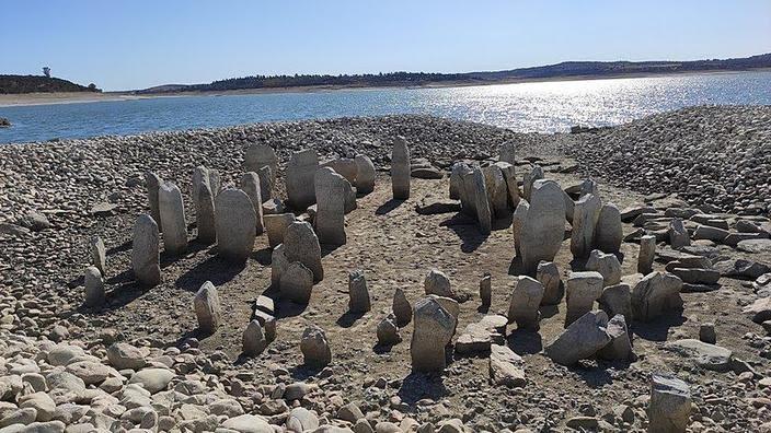 Suite à une très longue période de sécheresse sur le territoire de la commune de Peraleda de la Mata (Estremadure), le dolmen de Guadalperal est ressorti de terre.