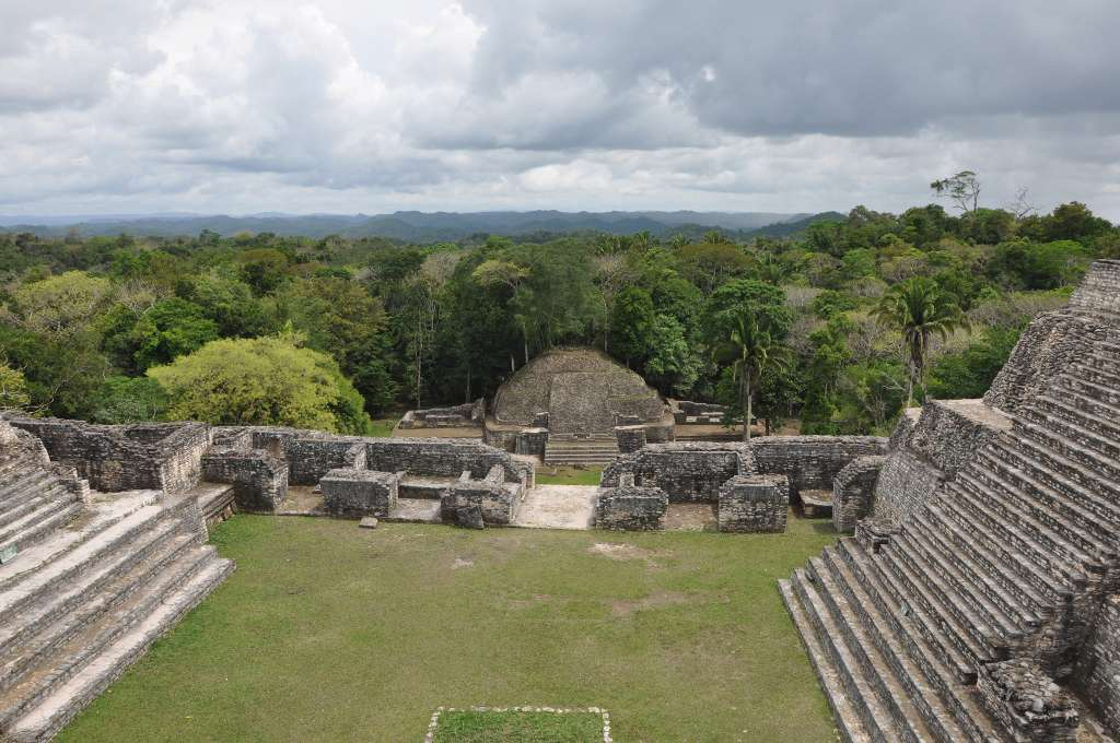 Vue depuis le sommet du temple maya Caana à Caracol (Belize). Cette ville possédait trois grands points d'eau. Les sécheresses les ont peut-être asséchés, provoquant alors la mort de la cité ? © Douglas Kennett, Penn State