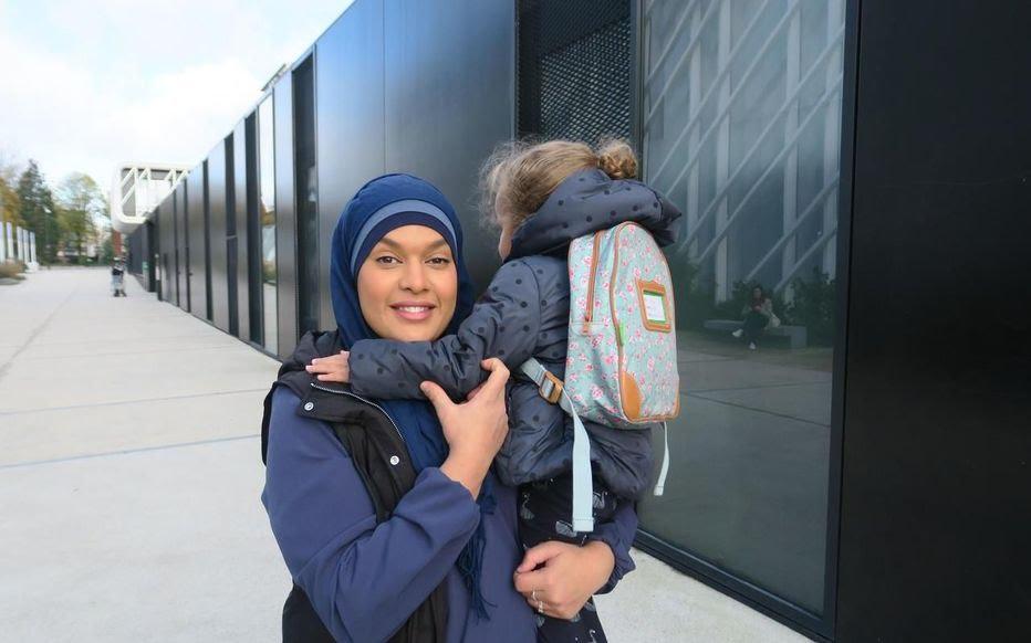 Clamart (Hauts-de-Seine), ce jeudi matin. Siam, mère de trois enfants, était bénévole pour participer ce jeudi à des ateliers autour du harcèlement à la maternelle Charles-de-Gaulle.